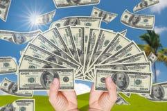 Una pila della holding della mano di 100 dollari Immagine Stock