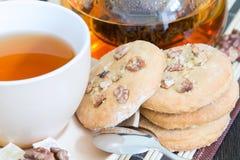 Una pila di biscotti con la tazza di tè nero fragrante Fotografie Stock