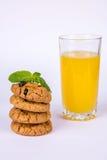 Una pila di biscotti e di succo Fotografia Stock Libera da Diritti
