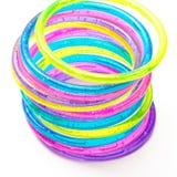 Una pila di braccialetti di plastica variopinti Immagini Stock Libere da Diritti