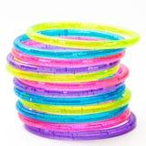 Una pila di braccialetti di plastica variopinti Immagini Stock
