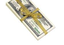 Una pila di cento banconote in dollari legate con un nastro bianco su fondo bianco Immagine Stock Libera da Diritti