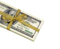 Una pila di cento banconote in dollari legate con un nastro bianco su fondo bianco Immagine Stock