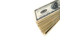 Una pila di cento banconote in dollari su un fondo bianco Fotografia Stock