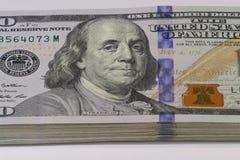 Una pila di cento colpi di macro delle banconote in dollari Fotografia Stock