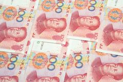 Una pila di cento fatture cinesi di yuan come fondo dei soldi Fotografia Stock Libera da Diritti
