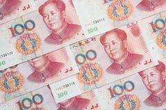 Una pila di cento fatture cinesi di yuan come fondo dei soldi Fotografie Stock Libere da Diritti