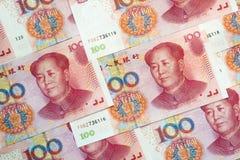 Una pila di cento fatture cinesi di yuan come fondo dei soldi Fotografia Stock