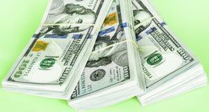Una pila di cento fatture del dollaro immagine stock libera da diritti