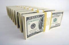 Una pila di cento fatture del dollaro Immagini Stock