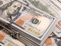 Una pila di cento fatture del dollaro Immagini Stock Libere da Diritti