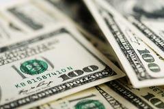 Una pila di cento primi piani delle banconote in dollari Fotografia Stock