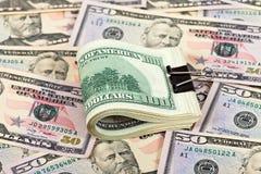 Una pila di cento righe delle banconote in dollari Fotografie Stock