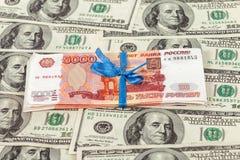 Una pila di cinque fatture da millesima di rublo avvolte dal nastro Immagini Stock Libere da Diritti