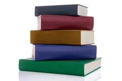 Una pila di cinque libri della libro con copertina rigida isolati su bianco Fotografie Stock Libere da Diritti