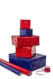 Una pila di cinque presente e di carta da imballaggio Immagine Stock