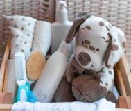 Una pila di cose dei bambini, giocattoli, tettarella nella scatola di legno P Fotografie Stock
