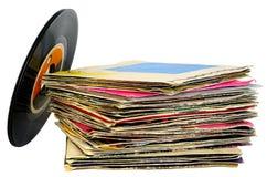 una pila di 45 di giri/min. dischi del vinile Fotografie Stock Libere da Diritti