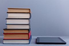 Una pila di libri e di compressa dopo Il concetto di istruzione foreground fotografia stock libera da diritti