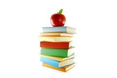 Una pila di libri e di mela di colore fotografia stock