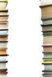 Una pila di libri su fondo bianco copi lo spazio per il vostro testo Idee per l'affare e l'autosviluppo studio Fotografia Stock
