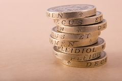Una pila di monete da una libbra Fotografie Stock