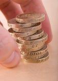 Una pila di monete da una libbra fotografie stock libere da diritti