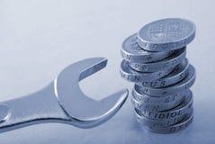 Una pila di monete da una libbra e di chiave fotografie stock libere da diritti