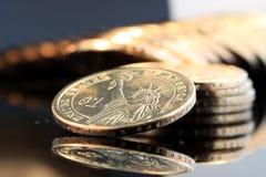 Una pila di monete di un oro del dollaro Immagini Stock