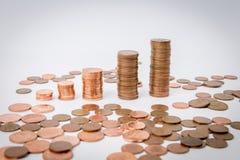 Una pila di monete isolate ai precedenti bianchi fotografia stock libera da diritti