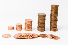 Una pila di monete isolate ai precedenti bianchi, finanza immagini stock libere da diritti
