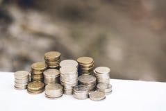 Una pila di monete sui precedenti Fotografie Stock Libere da Diritti