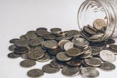 Una pila di monete sui precedenti Fotografia Stock