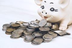 Una pila di monete sui precedenti Fotografia Stock Libera da Diritti