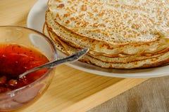 Una pila di pancake fritti con inceppamento Fotografie Stock Libere da Diritti