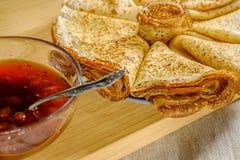 Una pila di pancake fritti con inceppamento Immagini Stock Libere da Diritti