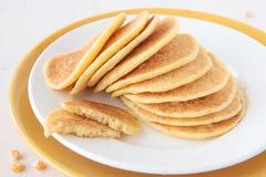 Una pila di pancake ha prodotto la farina del mais del ââof Fotografie Stock