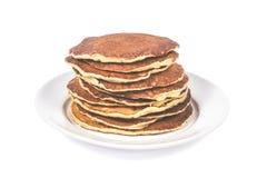 Una pila di pancake puri su un fondo bianco del piatto Isolato Immagine Stock Libera da Diritti