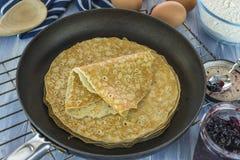 Una pila di pancake sulla padella Immagini Stock Libere da Diritti