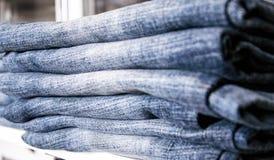 Una pila di pantaloni del denim immagine stock