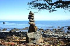 Una pila di pietre sulla spiaggia Immagini Stock Libere da Diritti