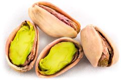 Una pila di pistacchi arrostiti su bianco Immagine Stock
