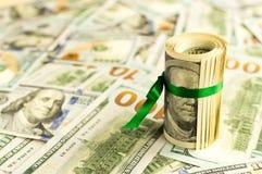 Una pila di soldi con un nastro Regalo costoso Immagine Stock Libera da Diritti