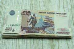 Una pila di soldi nelle denominazioni di 500 rubli Fotografia Stock Libera da Diritti