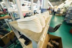 Una pila di suole di scarpa bianche Immagine Stock Libera da Diritti