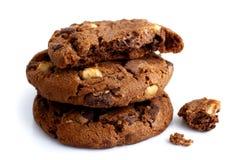 Una pila di tre biscotti di chip di cioccolato fondente isolati Uno rotto Fotografie Stock