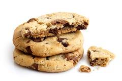 Una pila di tre biscotti di pepita di cioccolato leggeri isolati Uno rotto Fotografia Stock