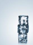 Una pila di tre cubetti di ghiaccio blu con copyspace Immagini Stock Libere da Diritti