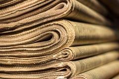 Una pila di vecchi giornali Immagini Stock Libere da Diritti