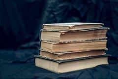 Una pila di vecchi libri Immagine Stock
